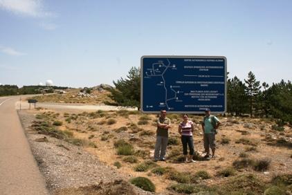 Przed tablicą zmapą CAHA - David, Marta, Grzegorz