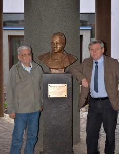 Z Peterem przy popiersiu Maksymiliana Hella